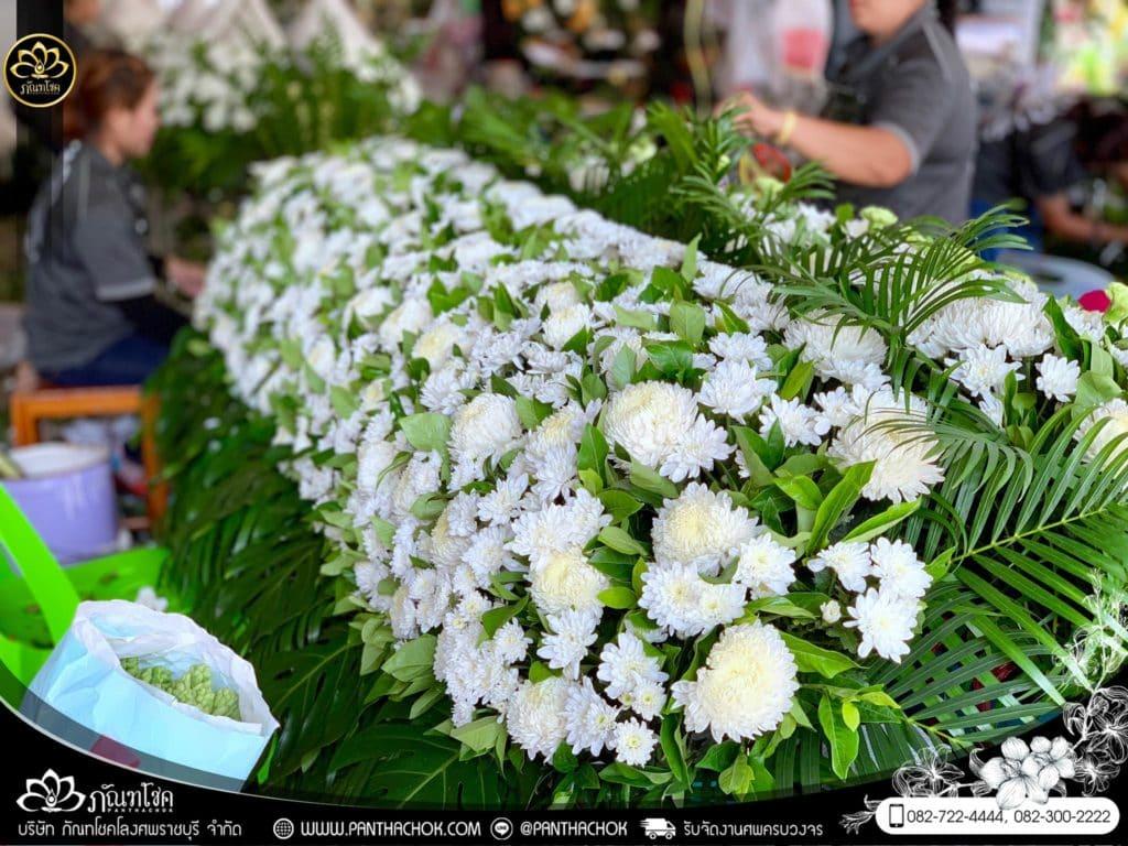ภาพบรรยากาศจัดเตรียมชุดดอกไม้สดประดับหน้าหีบ 9/7/2562 6