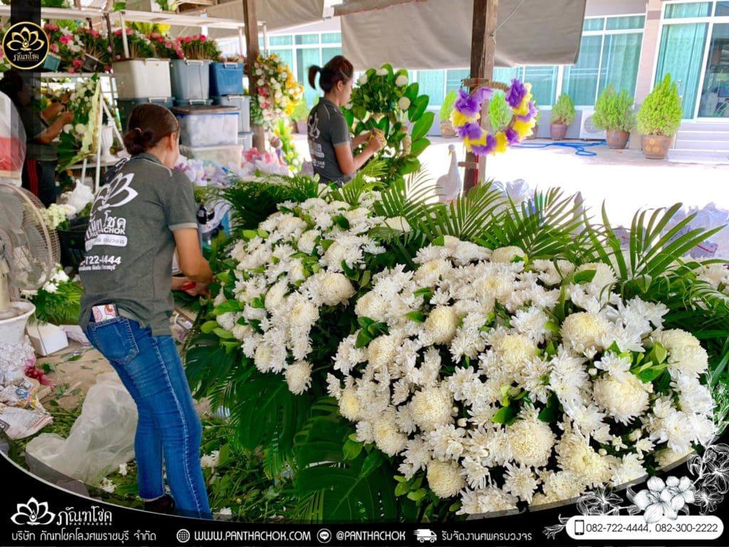 ภาพบรรยากาศจัดเตรียมชุดดอกไม้สดประดับหน้าหีบ 9/7/2562 7