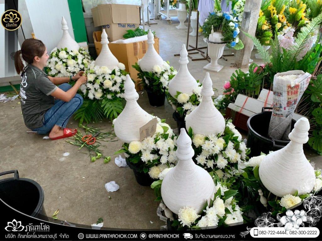 ภาพบรรยากาศจัดเตรียมชุดดอกไม้สดประดับหน้าหีบ 9/7/2562 9