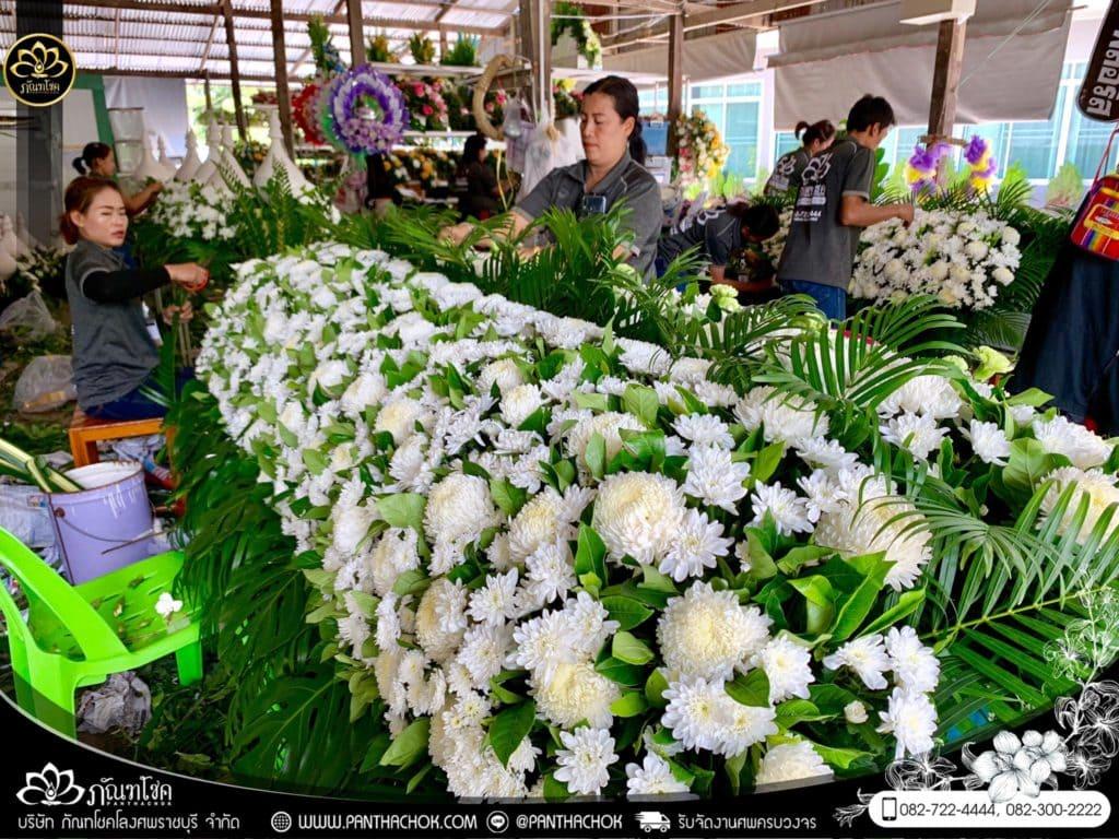 ภาพบรรยากาศจัดเตรียมชุดดอกไม้สดประดับหน้าหีบ 9/7/2562 1