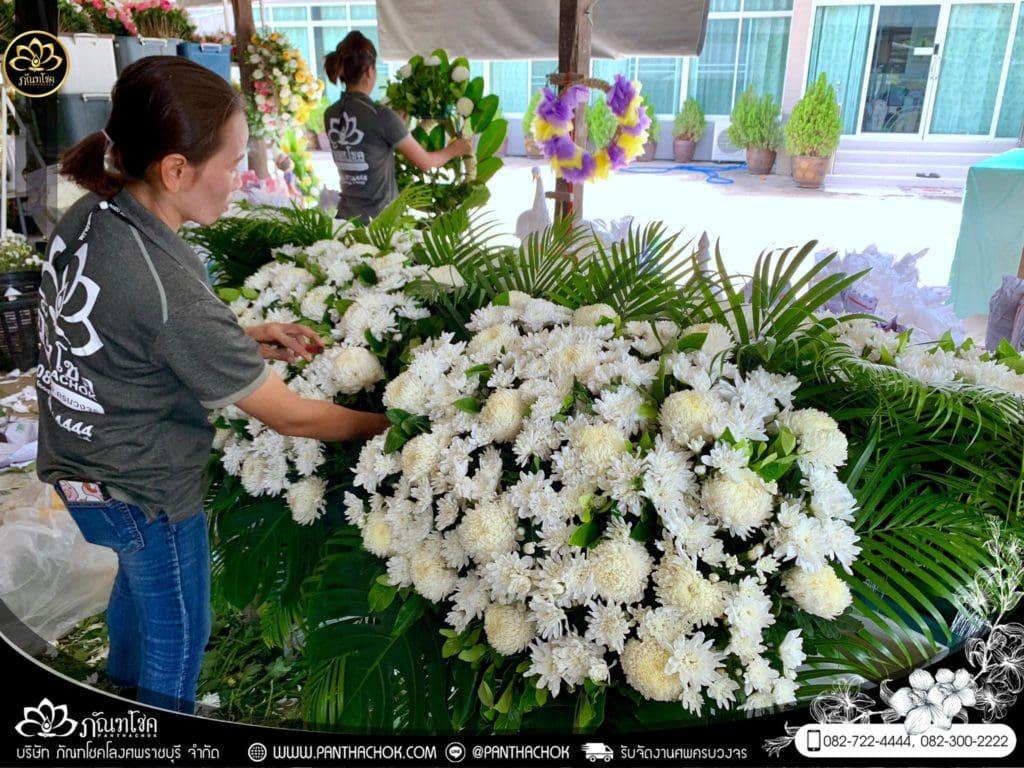 ภาพบรรยากาศจัดเตรียมชุดดอกไม้สดประดับหน้าหีบ 9/7/2562 13
