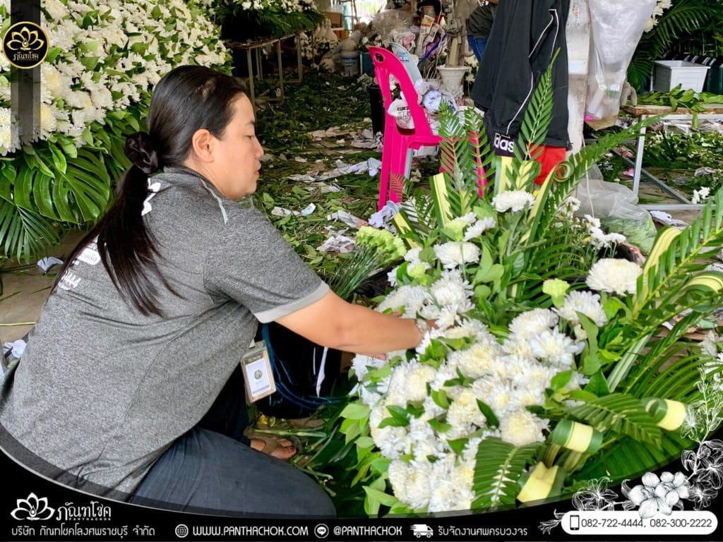 ภาพบรรยากาศจัดเตรียมชุดดอกไม้สดประดับหน้าหีบ 9/7/2562 16