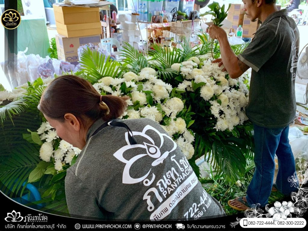 ภาพบรรยากาศจัดเตรียมชุดดอกไม้สดประดับหน้าหีบ 9/7/2562 17