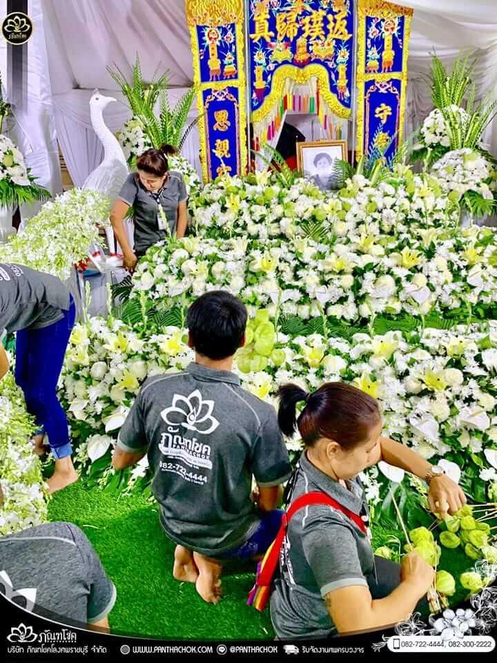 ภาพบรรยากาศระหว่างการจัดดอกไม้หน้าศพ - บ้านนายกเทศมนตรี อ.ปากท่อ 2