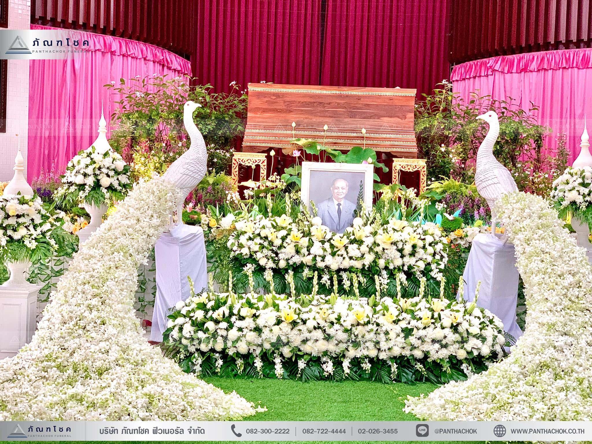ดอกไม้หน้าหีบประดับด้วยนกยูง ณ วัดชลประทานรังสฤษฎ์ พระอารามหลวง 7