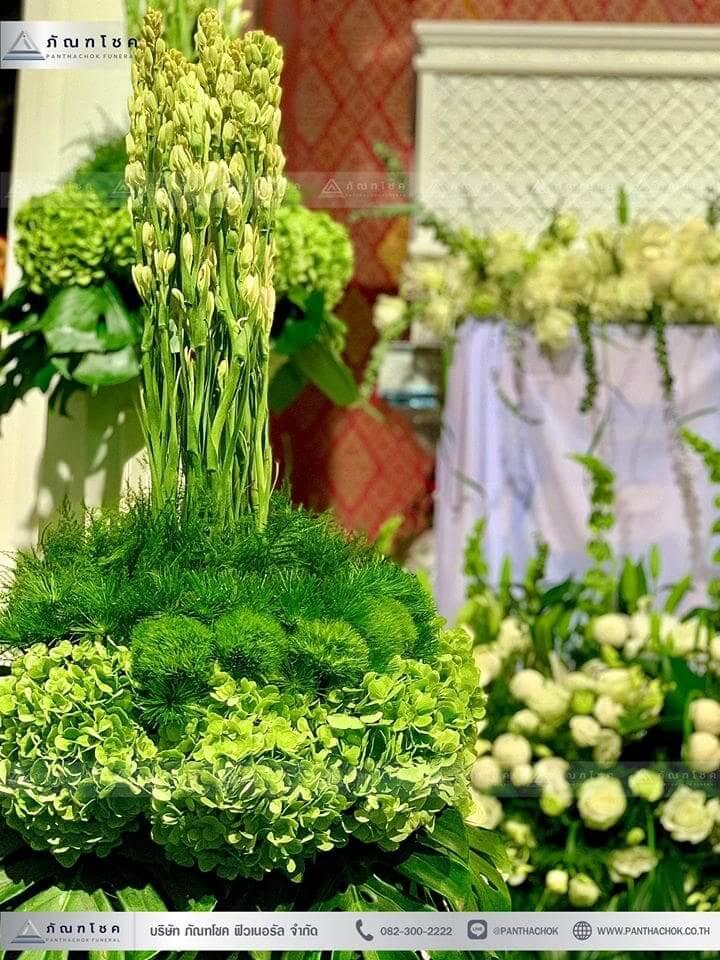 ดอกไม้งานศพในโทนสีขาว-เขียว แนวเรียบหรู รูปแบบแปลกใหม่ 7