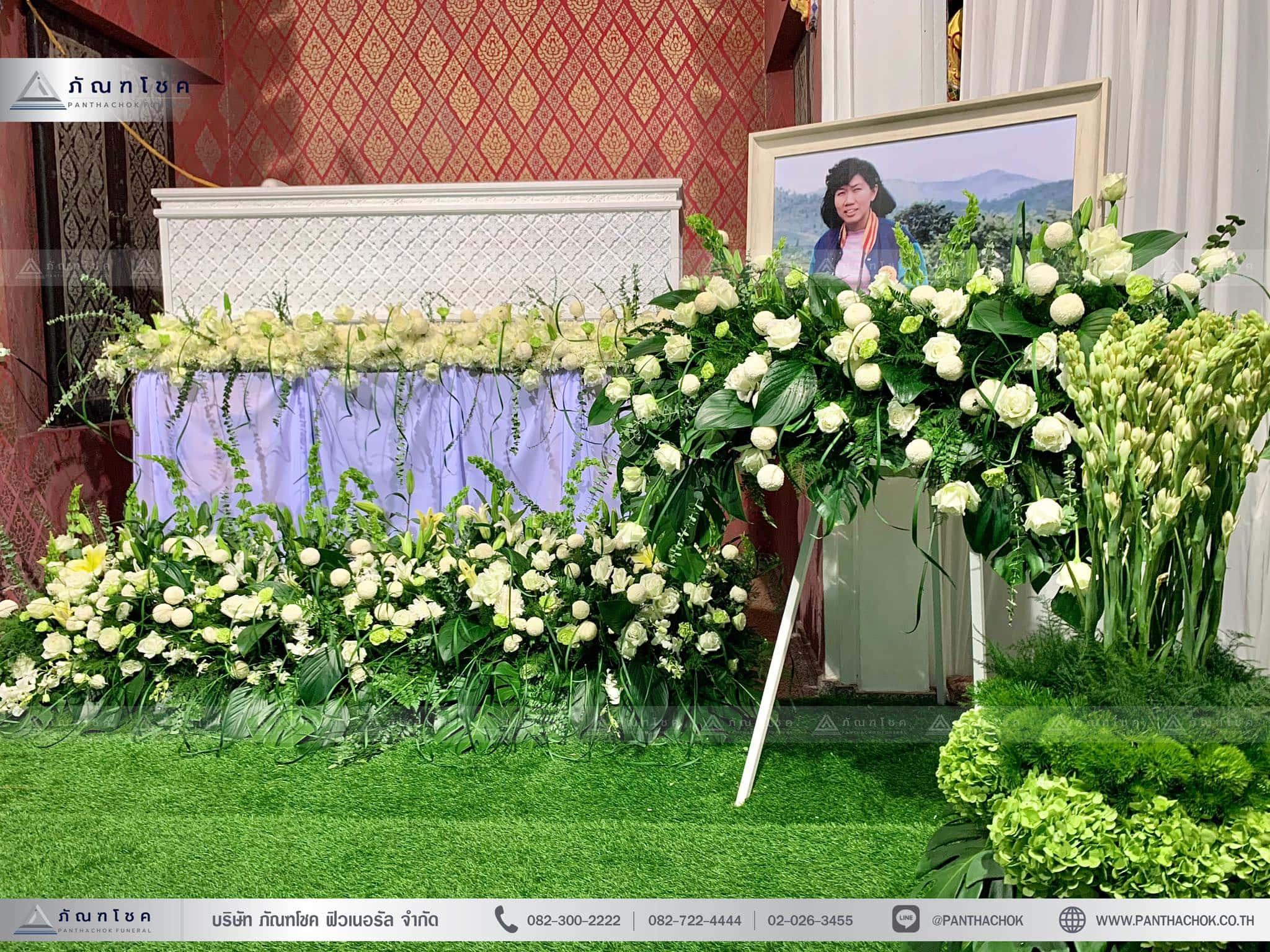 ดอกไม้งานศพในโทนสีขาว-เขียว แนวเรียบหรู รูปแบบแปลกใหม่ 1