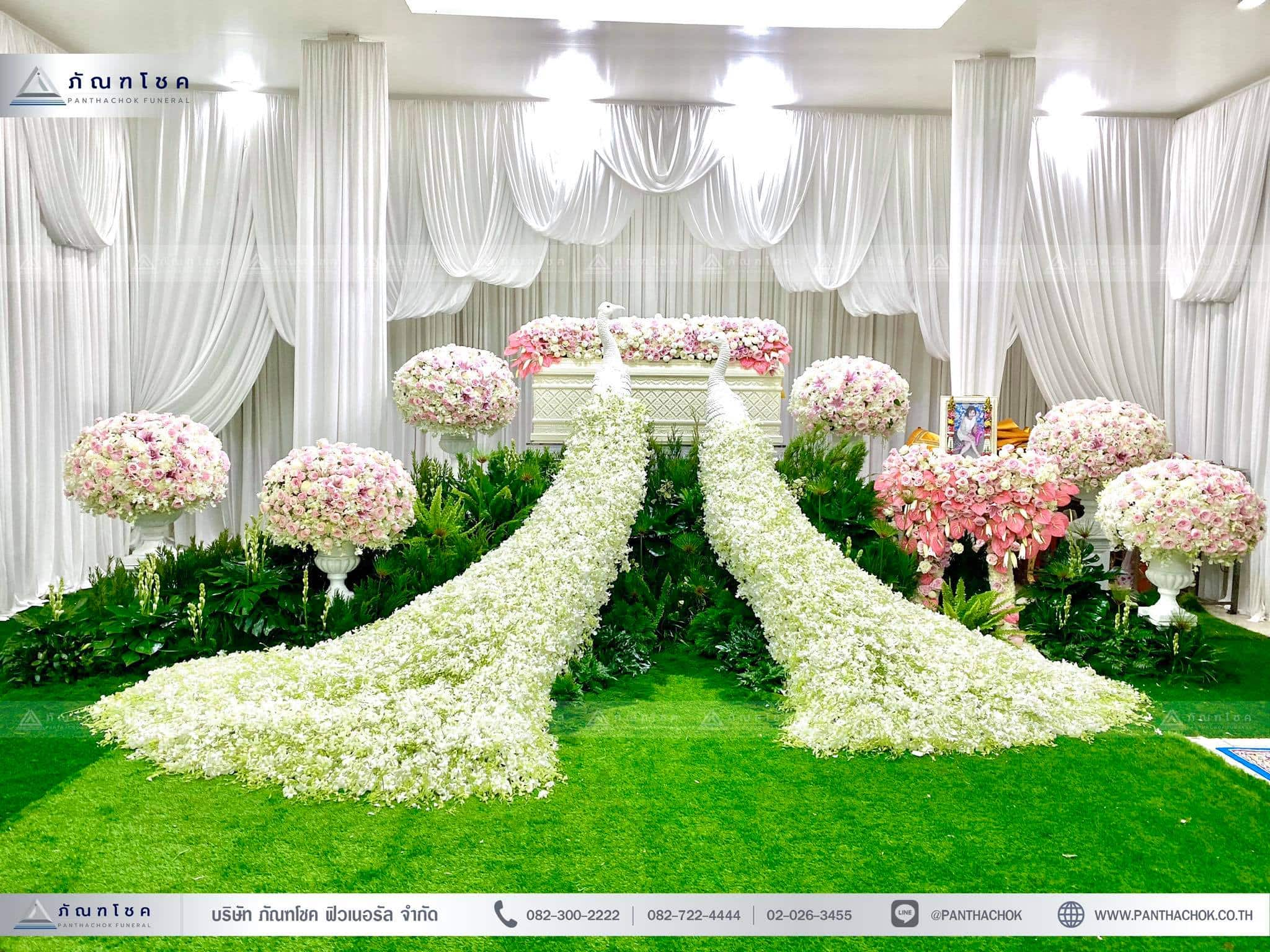 ชุดดอกไม้งานศพประดับด้วยนกยูงดูสง่า ณ วัดเขียนเขตพระอารามหลวง ปทุมธานี 4
