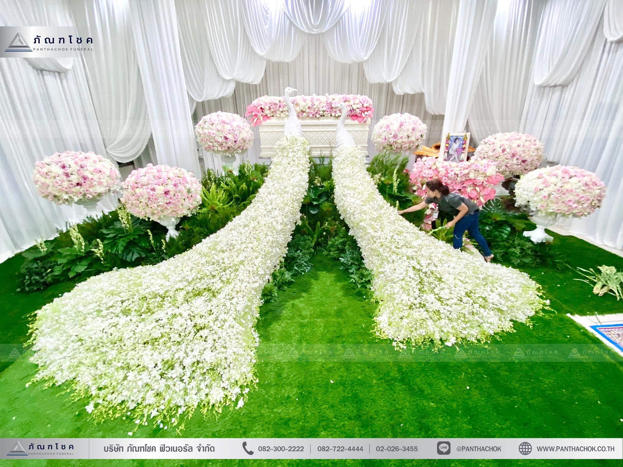 ชุดดอกไม้งานศพประดับด้วยนกยูงดูสง่า ณ วัดเขียนเขตพระอารามหลวง ปทุมธานี 3