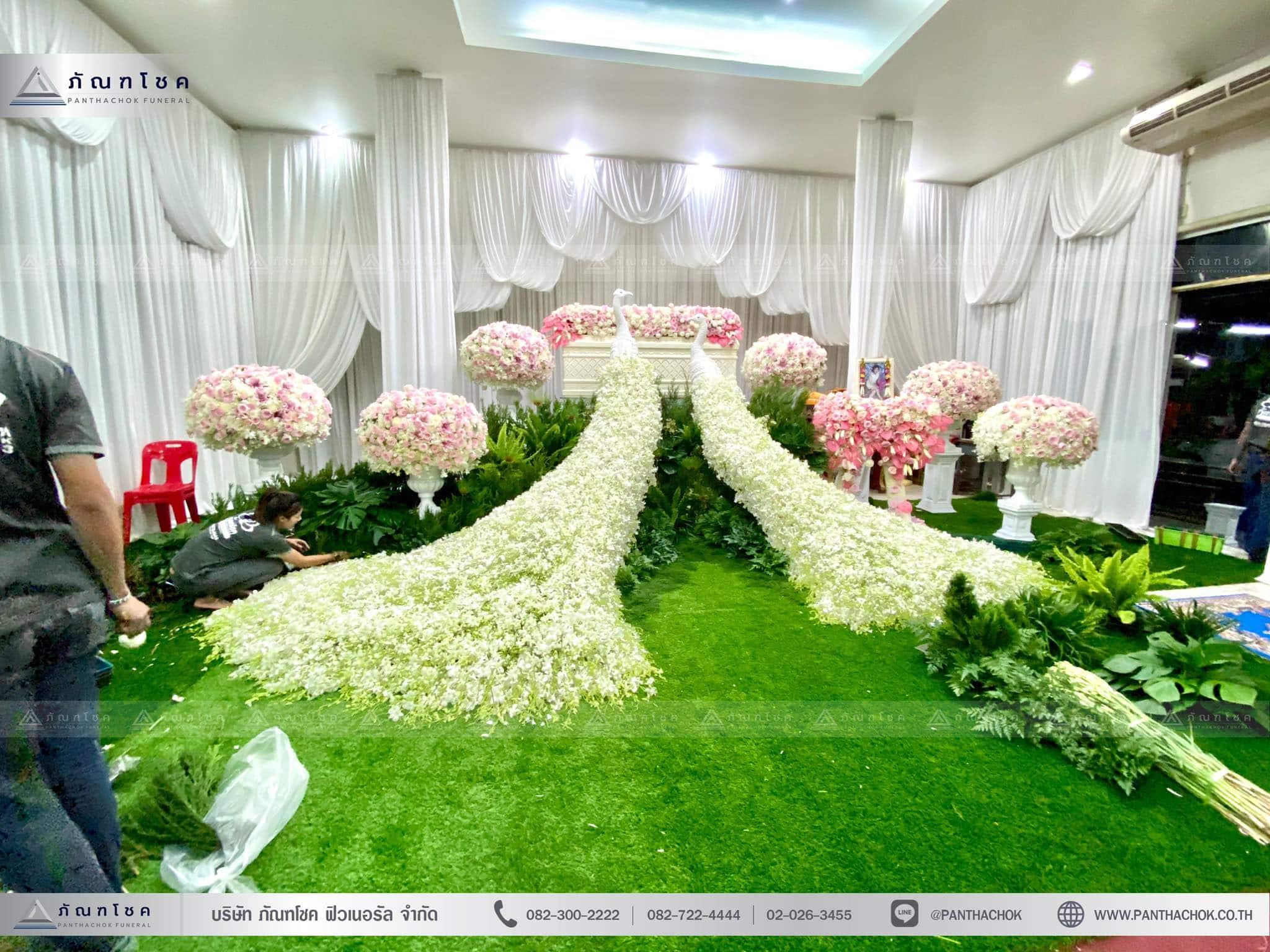 ชุดดอกไม้งานศพประดับด้วยนกยูงดูสง่า ณ วัดเขียนเขตพระอารามหลวง ปทุมธานี 2
