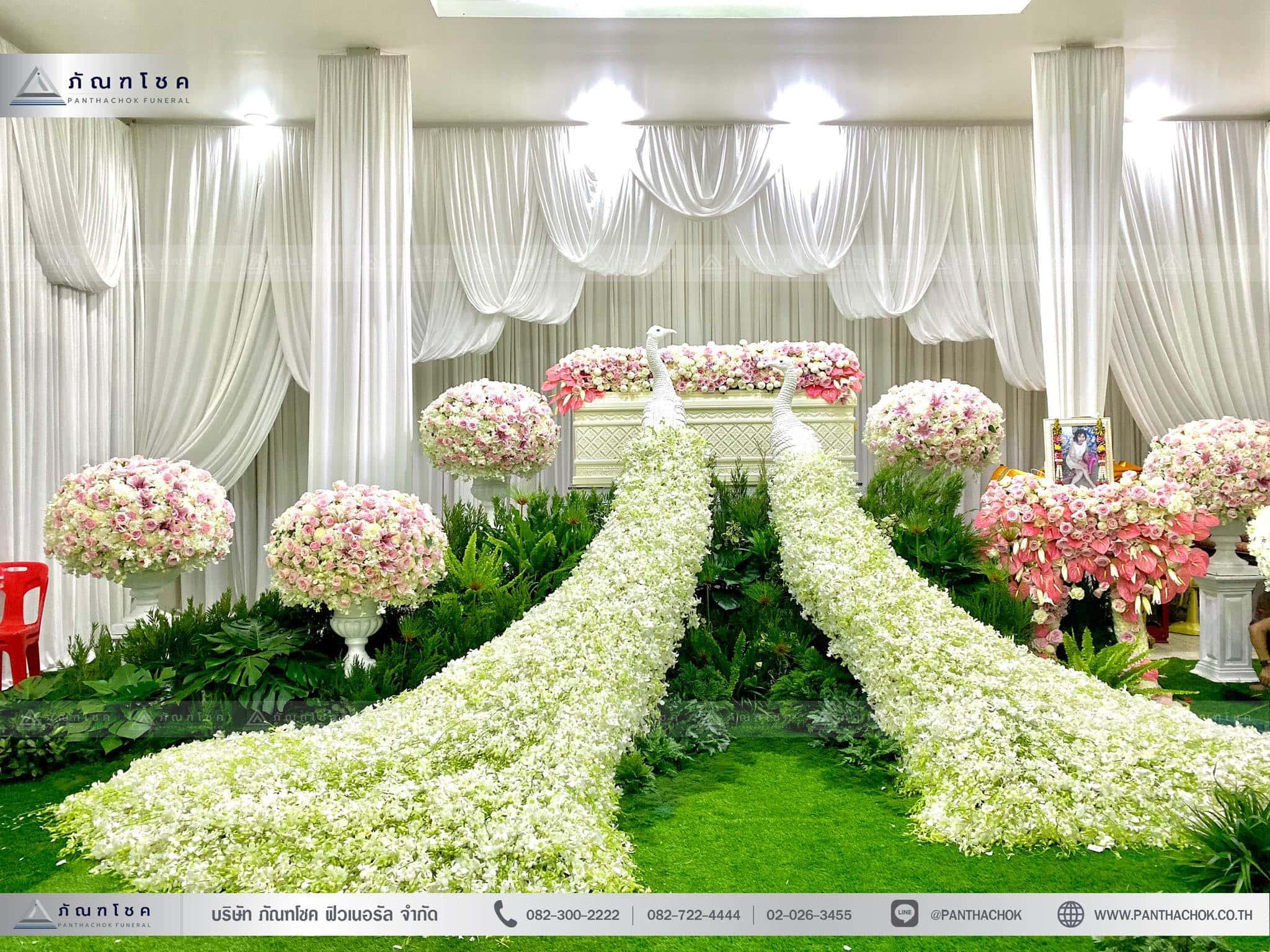 ชุดดอกไม้งานศพประดับด้วยนกยูงดูสง่า ณ วัดเขียนเขตพระอารามหลวง ปทุมธานี 1