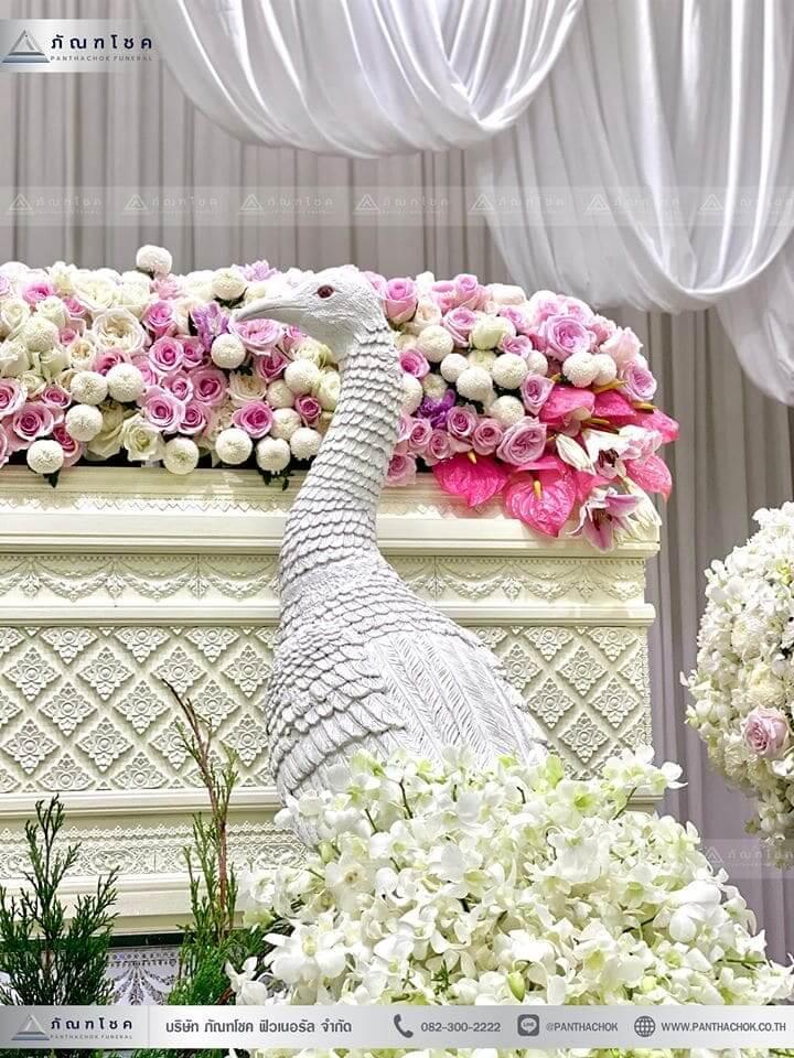 ชุดดอกไม้งานศพประดับด้วยนกยูงดูสง่า ณ วัดเขียนเขตพระอารามหลวง ปทุมธานี 5