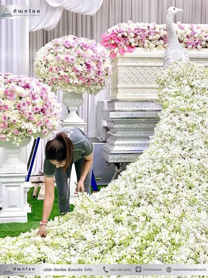 ชุดดอกไม้งานศพประดับด้วยนกยูงดูสง่า ณ วัดเขียนเขตพระอารามหลวง ปทุมธานี 6