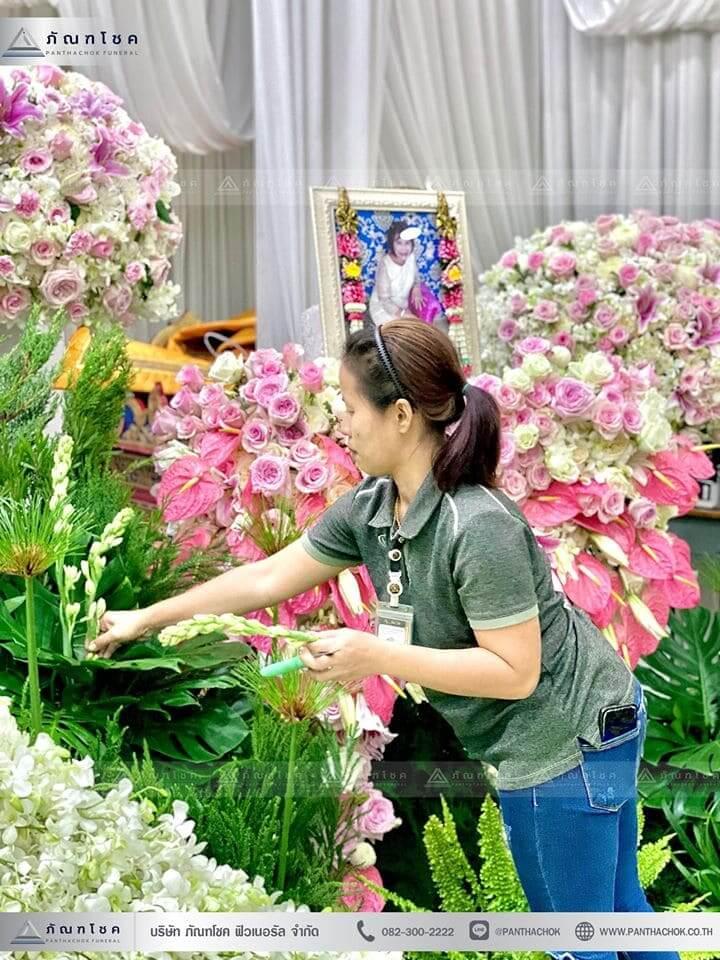 ชุดดอกไม้งานศพประดับด้วยนกยูงดูสง่า ณ วัดเขียนเขตพระอารามหลวง ปทุมธานี 7