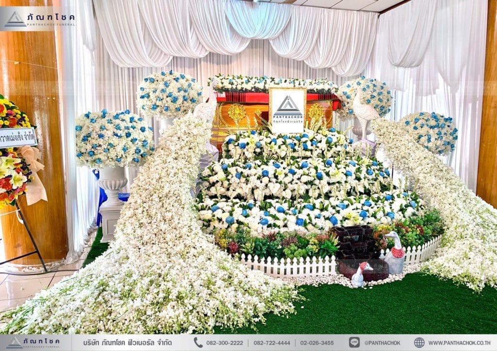 ดอกไม้งานศพสมุทรสงคราม ชุดนกยูงประดับหน้าหีบ โทนสีฟ้าขาว