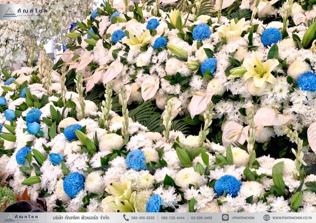 ดอกไม้งานศพสมุทรสงคราม ดอกไม้โทนสีฟ้าขาว ดอกไม้งานศพเชิงดอกไม้3ชั้น ดอกไม้ราชบุรี