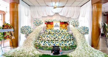 ดอกไม้งานศพสมุทรสงคราม ดอกไม้ประดับหน้าหีบ โทนสีฟ้าขาว นกยูง หรูหรา
