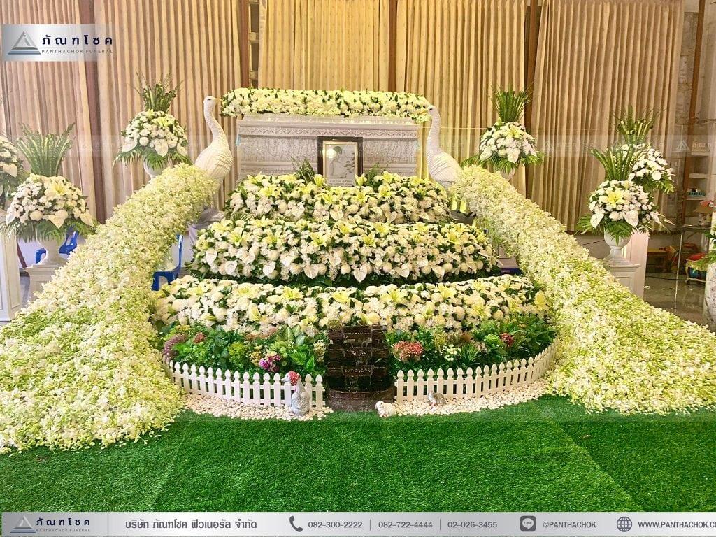 ดอกไม้งานศพนกยูงหรูหรา โทนสีขาวล้วน