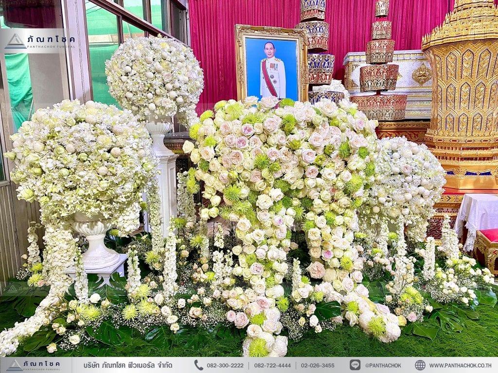 ดอกไม้หน้าโกศพระราชทานโทนสีขาว พร้อมดอกไม้หน้ากรอบรูป