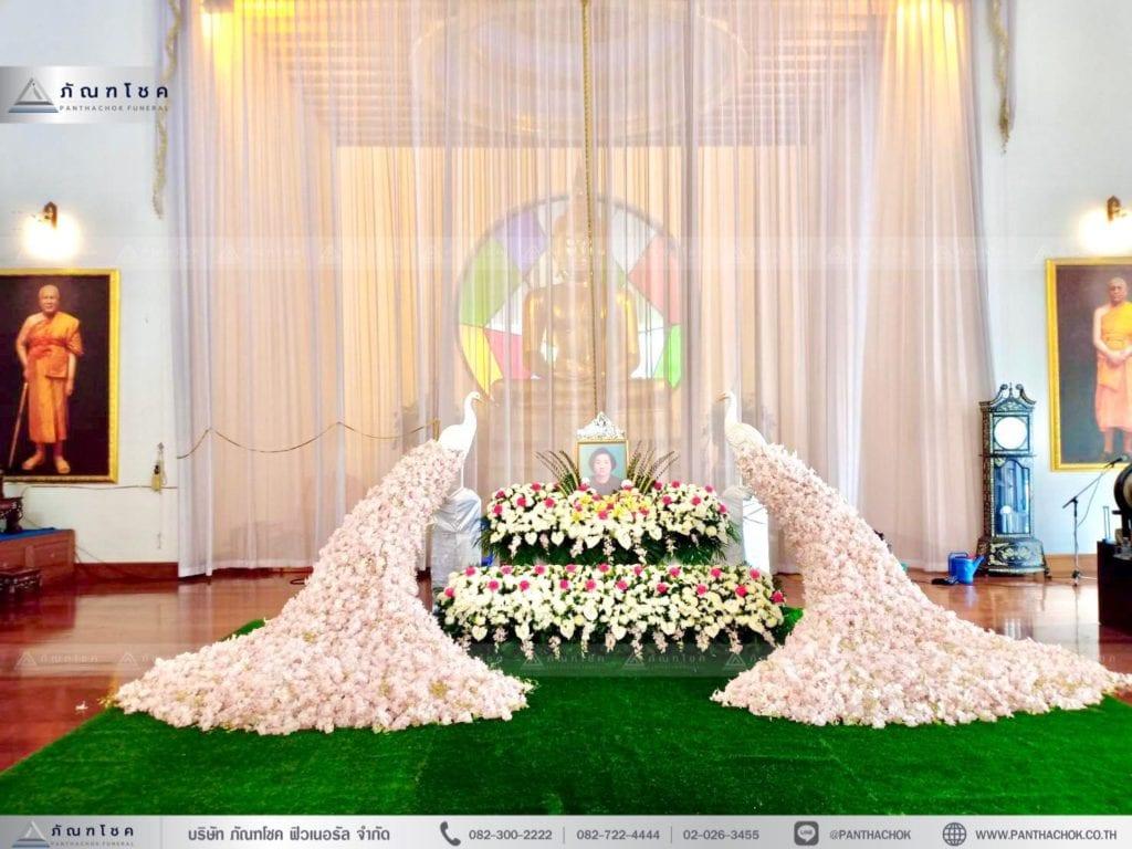 ชุดนกยูงประดับหน้าหีบ ในโทนสีชมพูขาว ดอกไม้3ชั้น