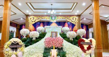 ดอกไม้หน้าหีบศพพร้อมกรอบรูปโทนขาวชมพู