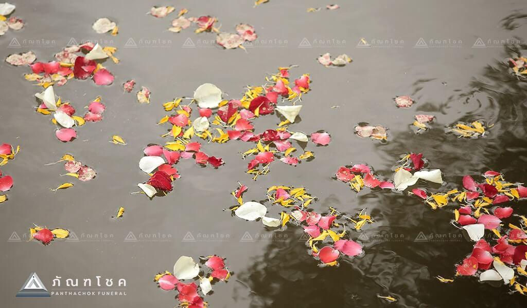การจัดพิธีศพแบบคนไทย ลอยอังคาร ดอกไม้ ทำพิธีลอยอังคาร
