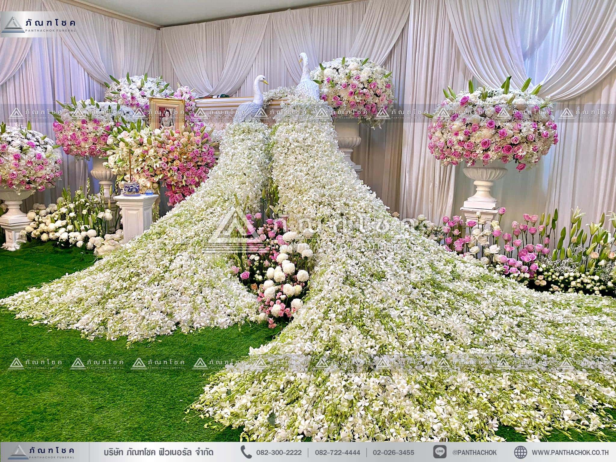 ดอกไม้สดหน้าศพกรุงเทพแบบหรูหรา ดอกไม้หน้าหีบ นกยูงอลังการ