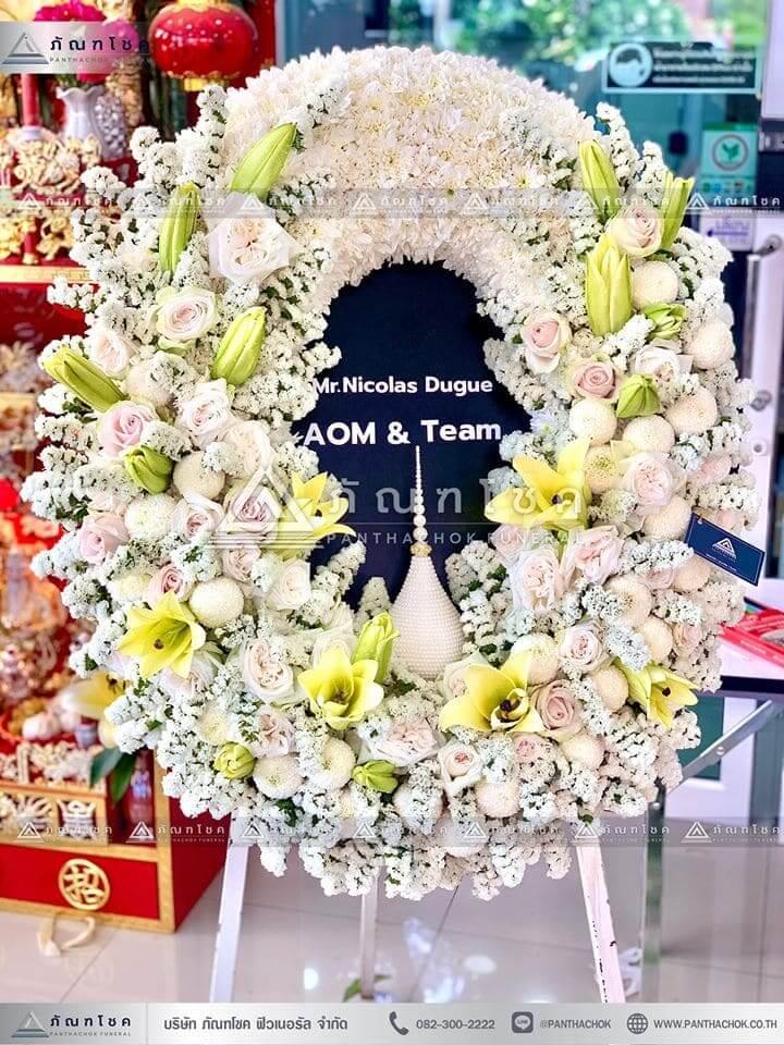 พวงหรีดหรูหรา ณ วัดวชิรธรรมสาธิตวรวิหาร ดอกไม้โทนสีขาวเหลือง พวงหรีดพรีเมียร์ พวงหรีด ดอกไม้สด