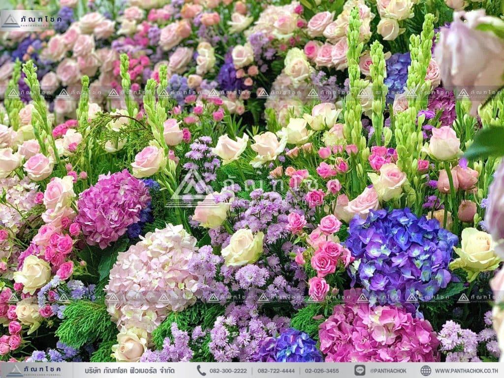 ดอกไม้สดหน้าศพ ณ วัดบ้านทวน ดอกไม้สดในงานศพ ดอกไม้สีม่วงชมพู ดอกไม้หน้ากรอบรูป
