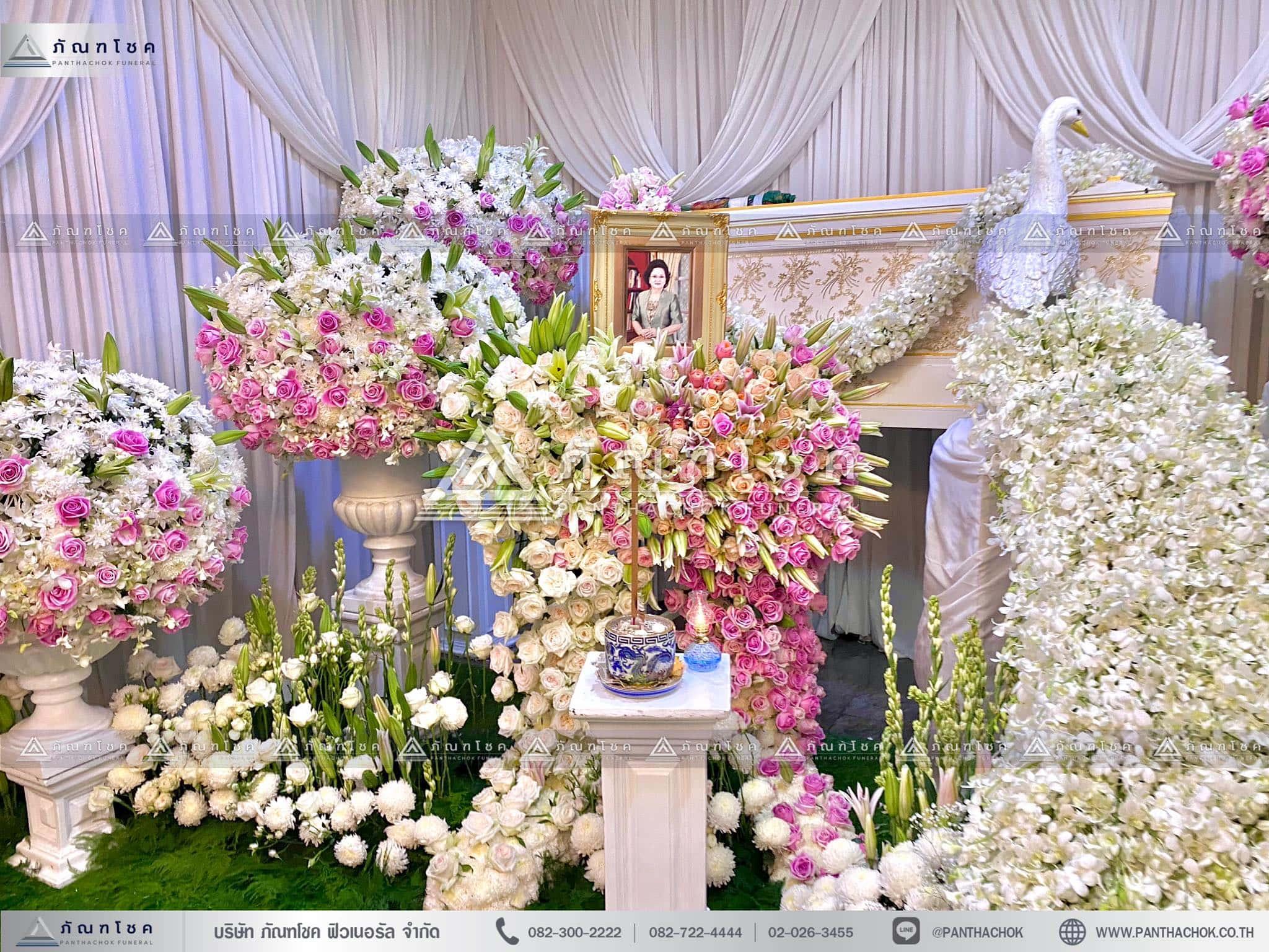 ดอกไม้สดหน้าศพกรุงเทพแบบหรูหรา ดอกไม้ประดับหน้าหีบแบบหรูหรา นกยูงประดับหน้าหีบศพ ดอกไม้หน้าศพสีขาว ชมพู