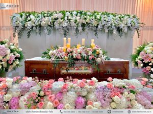 ดอกไม้งานศพแบบคริสต์ ดอกไม้หน้ารูปอลังการ จัดงานศพสวยหรู งานศพยิ่งใหญ่หรูหรา