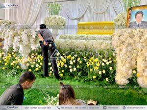 นกยูงงานศพ วัดไทร นครปฐม พุ่มดอกไม้สดสวยๆ จัดสวนดอกไม้หน้าโลงศพ จัดสวนดอกไม้สดงานศพ แพดอกไม้สดขนาดใหญ่อลังการ พุ่มกลมดอกไม้หน้าศพ