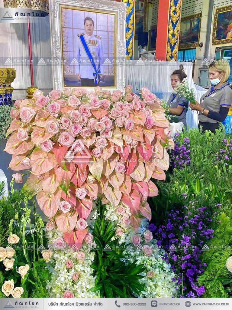 ดอกไม้หน้าโกศพระราชทาน โทนสีชมพู ดอกไม้หน้ากรอบรูป กรอบรูปสวยหรู จัดสวนงานศพสวยๆ
