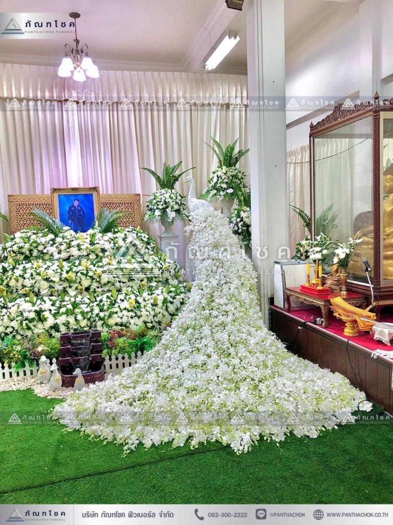 ดอกไม้งานศพแบบนกยูงและสวนหน้าศพ รูปแบบที่ 1 นกยูงดอกไม้สดหน้าหีบศพ รับจัดงานศพแบบนกยูง ดอกไม้หน้าศพสวยหรู ดอกไม้หน้าศพแนะนำ