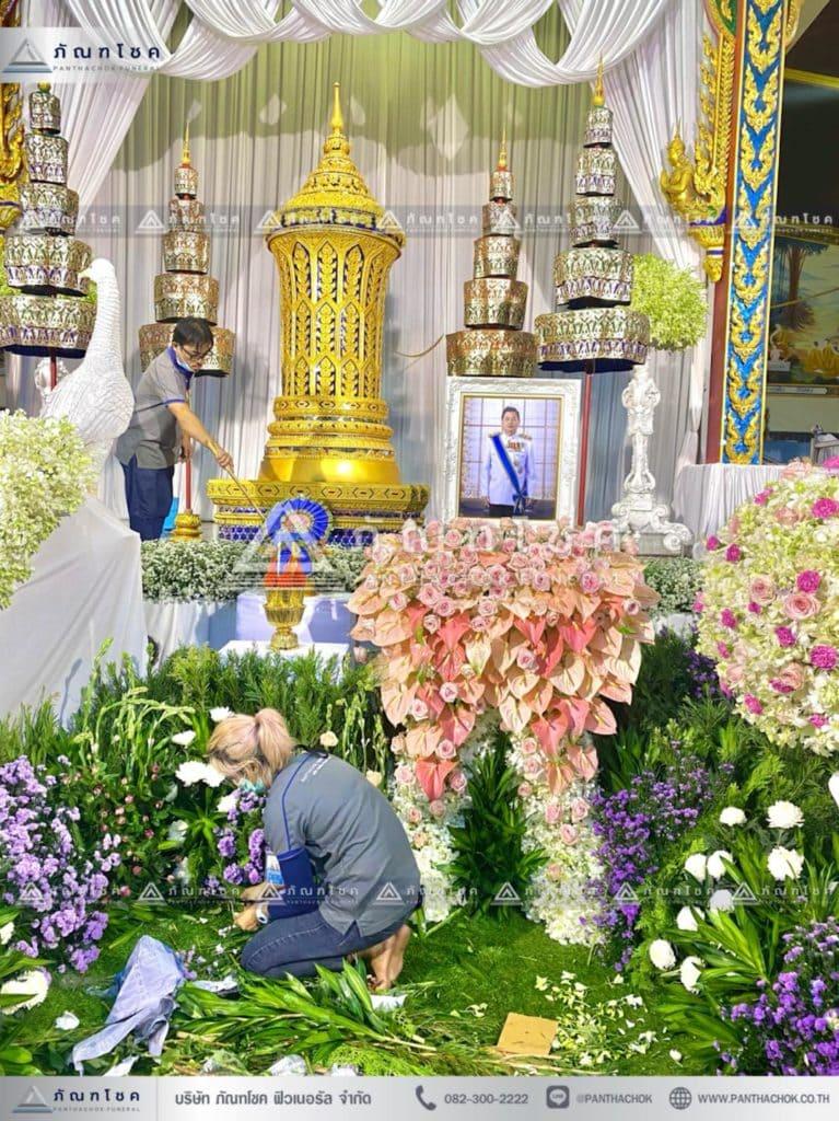 ดอกไม้หน้าโกศพระราชทาน โทนสีชมพู จัดสวนหน้าศพ สวนดอกไม้หน้าศพอลังการ