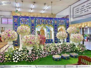 ดอกไม้หน้าหีบศพแบบจีน โทนสีขาว รับจัดงานศพทั่วประเทศ ดอกไม้หน้ากรอบรูป รับจัดดอกไม้พิธีจีน จัดงานตามธรรมเนียมจีน จัดงานศพแบบจีน กงเต๊ก ดอกไม้สดงานศพหน้าฉากกงเต็ก