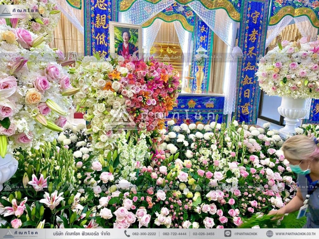 ดอกไม้หน้าหีบศพแบบจีน โทนสีขาว รับจัดงานศพกรุงเทพ ดอกไม้งานศพ จัดงานศพแบบเรียบง่าย ดอกไม้หน้าศพสวยๆ