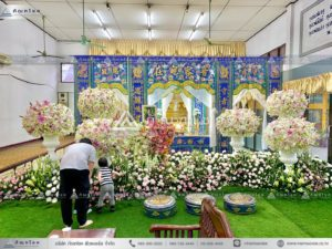 ดอกไม้หน้าหีบศพแบบจีน ดอกไม้งานศพแบบเรียบง่าย จัดดอกไม้สดหน้าศพสีขาว นับจัดงานศพกรุงเทพ