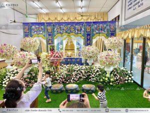 ดอกไม้หน้าหีบศพแบบจีน โทนสีขาว ดอกไม้งานศพคนดัง ร้านดอกไม้นอก รับจัดงานศพกรุงเทพ ดอกไม้งานศพวัดดัง ดอกไม้หน้าศพสวยๆ รับจัดงานศพภาคกลาง