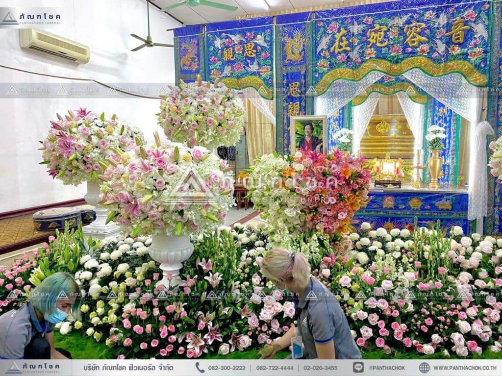 ดอกไม้หน้าหีบศพแบบจีน โทนสีขาว สวนดอกไม้งานศพ ดอกไม้หน้าศพแบบสวน จัดสวนดอกไม้งานศพ ดอกไม้งานศพสวยหรู