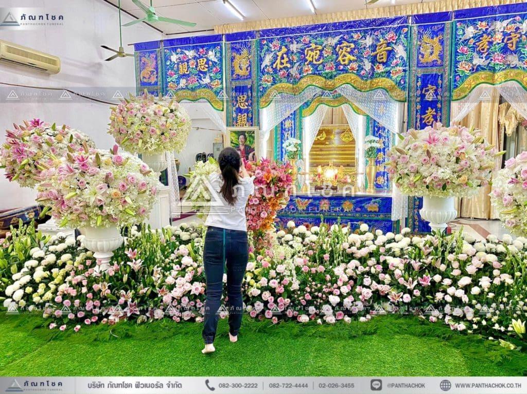 ดอกไม้หน้าหีบศพแบบจีน โทนสีขาว จัดงานศพแบบหรูหรา ดอกไม้หน้าหีบสวยๆ ร้านดอกไม้นอก รับจัดงานศพกรุงเทพ ดอกไม้หน้าหีบศพ ดอกไม้งานศพ