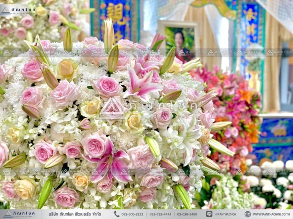 ดอกไม้หน้าหีบศพแบบจีน โทนสีขาว ดอกไม้หน้าฉากพิธีแบบจีน รับจัดงานศพต่างประเทศ ดอกไม้งานศพสวยๆ สวยดอกไม้หน้าศพอลังการ