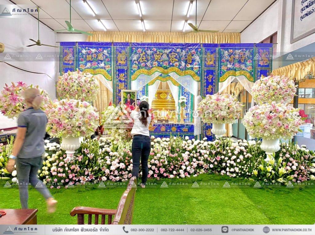 ดอกไม้หน้าหีบศพแบบจีน โทนสีขาว พุ่มกลมดอกไม้สดงานศพ รับจัดงานศพหรูหรา ดอกไม้หน้าศพร้านดัง