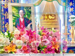 ดอกไม้หน้าหีบศพแบบจีน โทนสีขาว ดอกไม้งานศพ ดอกไม้หน้าเมรุ ดอกไม้โทนสีขาวชมพู จัดงานศพสวยหรู