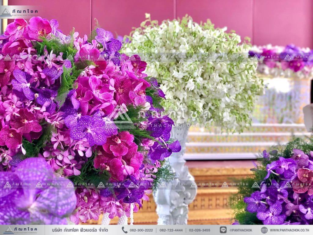 ดอกไม้งานศพแบบเรียบหรู โทนสีม่วง รับจัดงายศพสวยหรู ดอกไม้หน้าหีบศพ