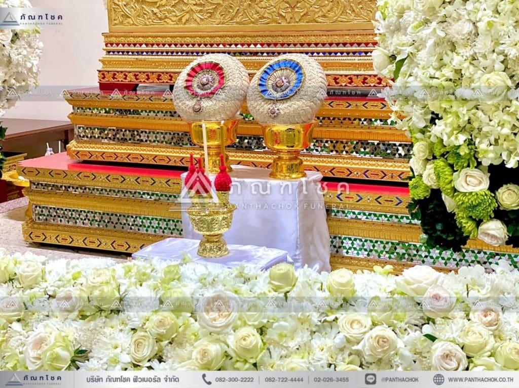 ดอกไม้งานศพแบบพุ่ม โทนสีขาว ดอกไม้งานศพกรุงเทพ รับจัดงานศพเรีนยหรู ดอกไม้หน้าศพแบบโมเดิร์น
