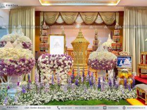 ดอกไม้แบบพุ่มสีม่วงหน้าโกศ รับจัดดอกไม้หน้าโกศพระราชทาน ดอกไม้หน้าศพสวยหรู ดอกไม้งานศพมีขาว-ม่วง