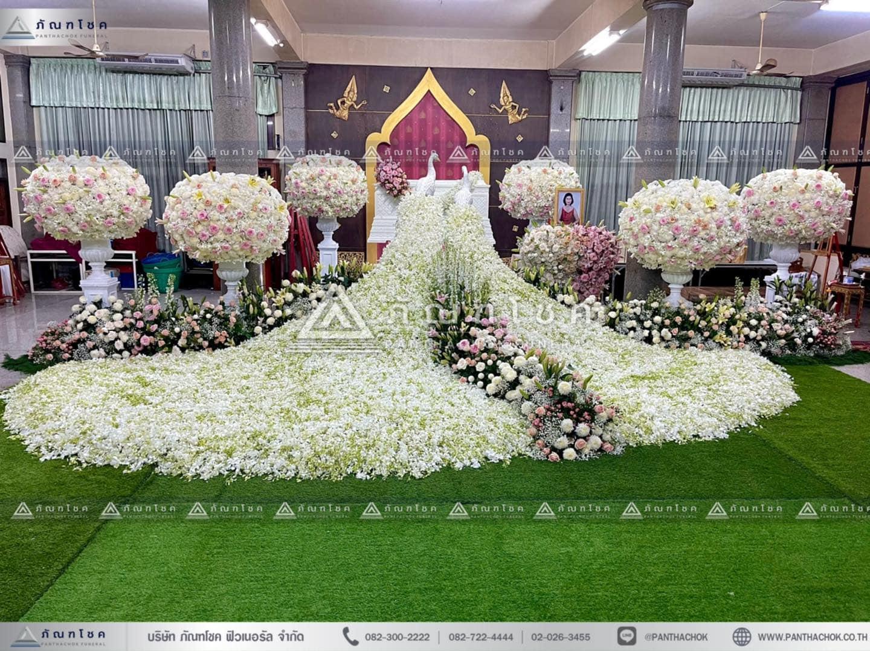 ดอกไม้หน้าหีบสีขาวประดับนกยูง จัดดอกไม้งานศพสวยหรู ดอกไม้งานศพนกยูง สวนดอกไม้หน้าศพ ดอกไม้หน้าหีบและสวน
