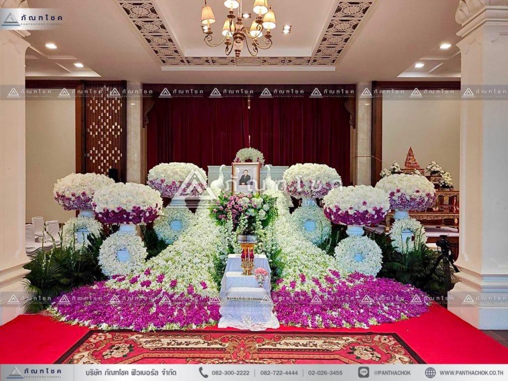 ดอกไม้งานศพนกยูง แบบโมเดิร์น ดอกไม้หน้าศพแบบพุ่มสีม่วง ดอกไม้ประดับหน้าหีบสีม่วง จัดงานศพเรียบหรู