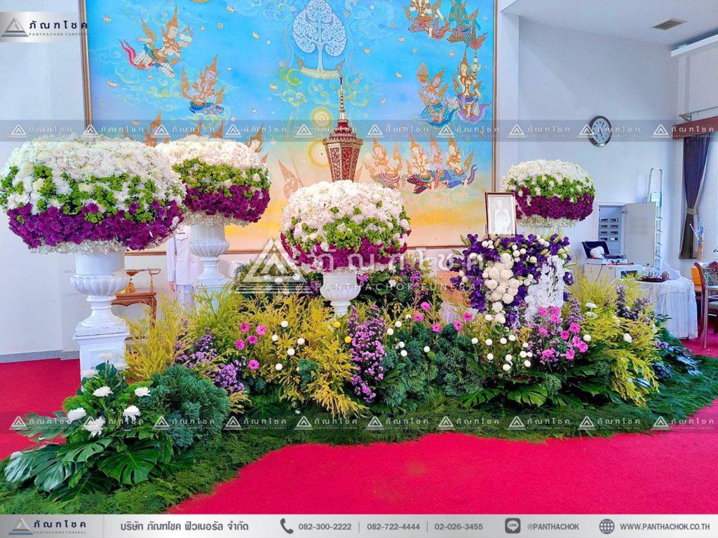 ดอกไม้หน้าโกศใส่อัฐิแบบโมเดิร์น พร้อมจัดสวนประดับงานศพ จัดดอกไม้งานศพโทนสีม่วง 11